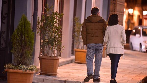 Парень и девушка идут по центру грузинской столицы - проспект Давида Агмашенебели зимой - Sputnik Грузия
