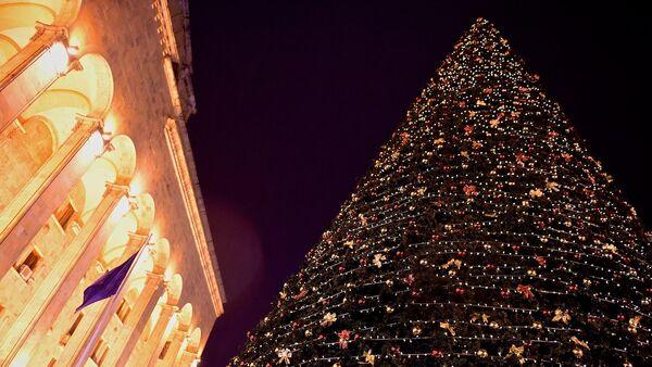 Главная новогодняя елка Грузии у здания парламента страны на проспекте Руставели - Sputnik Грузия