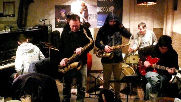 Группа музыкантов исполняет джазовые композиции - Sputnik Грузия