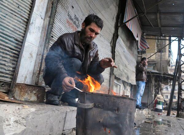 Один их жителей восточного Алеппо. Так выглядит сегодня жизнь в разрушенном городе - Sputnik Грузия
