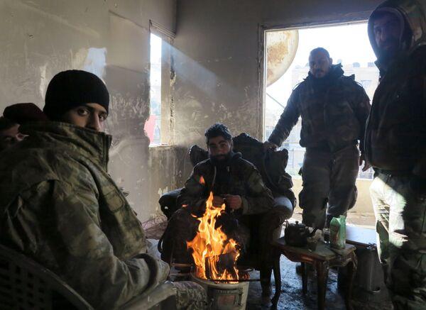 Военнослужащие сирийской армии в одном из освобожденных от боевиков кварталов на востоке Алеппо - Sputnik Грузия
