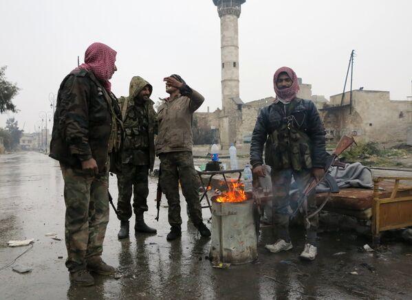 Во избежание провокаций со стороны экстремистов российские военные контролируют процесс вывода боевиков из города с помощью беспилотников и веб-камер - Sputnik Грузия