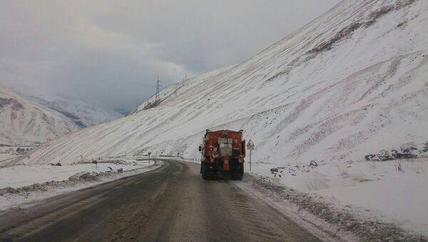 Заснеженная дорога в горах - Sputnik Грузия