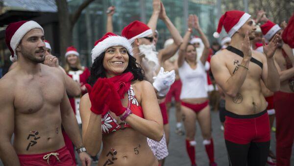 Группа людей, одетых в колпаки Санта Клауса и купальные костюмы, принимают участие в тринадцатом благотворительном забеге Санта Клаусов в Будапеште, Венгрия - Sputnik Грузия