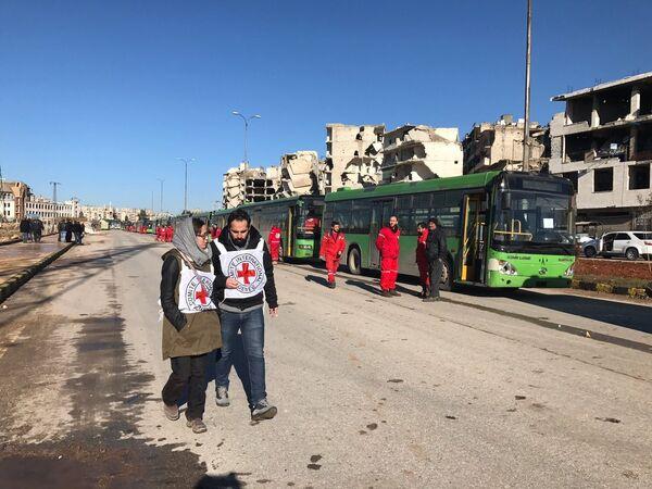 Сотрудники миссии Красного креста и полумесяца на месте, где проходит вывод групп боевиков и членов их семей из восточного Алеппо - Sputnik Грузия