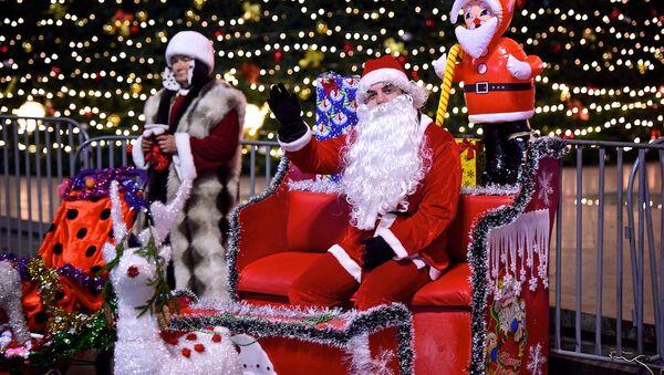 Снежная бабушка и Санта-Клаус у главной новогодней елки Грузии на проспекте Руставели в центре грузинской столицы - Sputnik Грузия