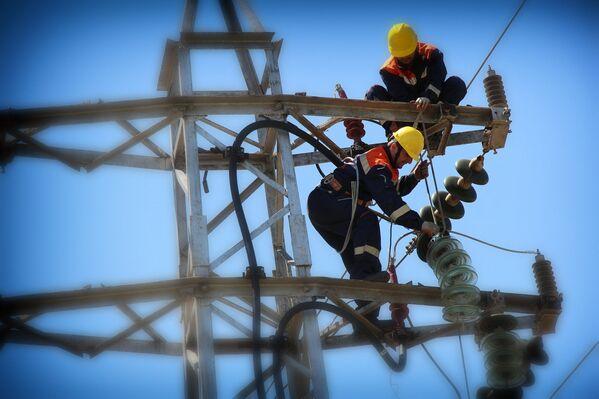 Сегодня компания Теласи обслуживает не только Тбилиси, но и его пригороды – всего около 600 тысяч абонентов. Потребление электроэнергии в Тбилиси составляет более 2,5 млрд кВт/ч в год. Объемы потребления электроэнергии ежегодно возрастают в среднем на 10%. Общая протяженность электрической сети столицы - более пяти тысяч километров - Sputnik Грузия
