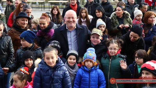 ლევან იზორია დაღუპული ჯარისკაცების შვილებთან ერთად - Sputnik საქართველო