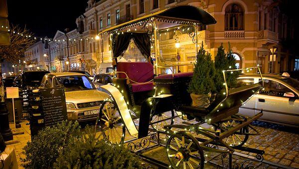 Новогодний Тбилиси - украшенная праздничной иллюминацией карета на проспекте Давида Агмашенебели - Sputnik Грузия