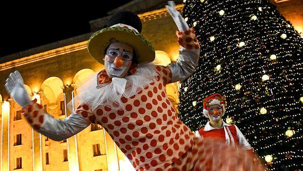 Клоуны у главной новогодней елки Грузии на проспекте Руставели - Sputnik Грузия