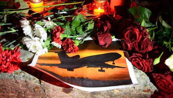 Свечи и цветы на акции памяти в Сочи, где самолет Минобороны РФ Ту-154 потерпел крушение у побережья Черного моря - Sputnik Грузия