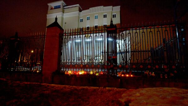 Белорусы несут цветы к зданию посольства России в Минске - Sputnik Грузия