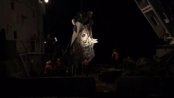 Спасатели МЧС подняли из Черного моря часть фюзеляжа Ту-154. Кадры операции - Sputnik Грузия