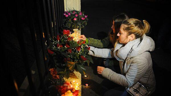 Люди у Секции интересов РФ при Посольстве Швейцарии в Грузии скорбят в связи с крушением самолета Ту-154 - Sputnik Грузия