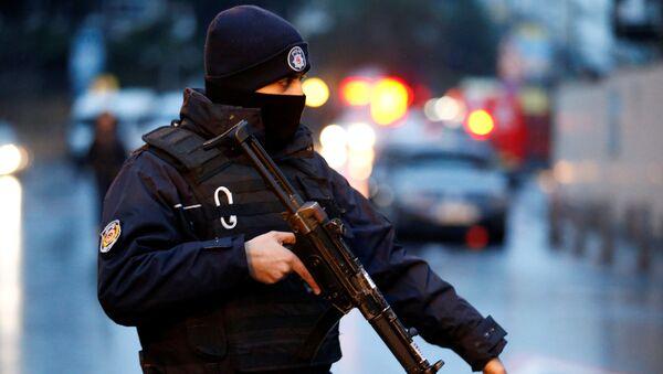 Полицейский охраняет площадь рядом с ночным клубом, в котором произошло вооруженное нападение, в Стамбуле - Sputnik Грузия
