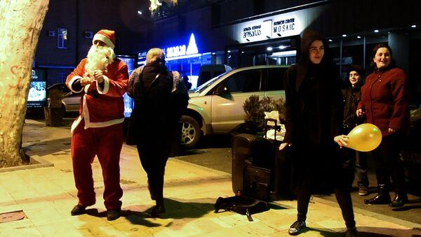 თბილისში სანტა ცეკვით შოულობდა ფულს  GEO - Sputnik საქართველო