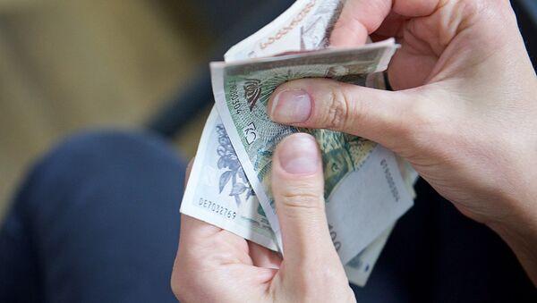Человек пересчитывает купюры грузинской валюты лари различного номинала - Sputnik Грузия
