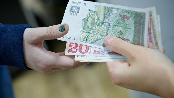 Люди передают друг другу купюры грузинской валюты лари различного номинала - Sputnik Грузия