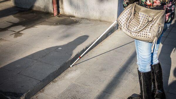 Мацацо Хачапуридзе гуляет по городу, используя белую трость - Sputnik Грузия