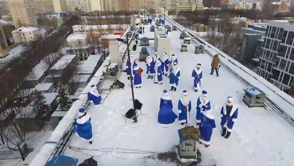 Дед Мороз с крыши: как в одной из больниц Москвы поздравили детей с Рождеством - Sputnik Грузия