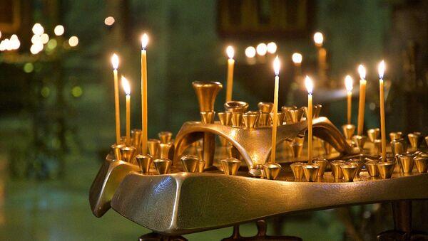 Свечи у икон в храме Светицховели во Мцхета - Sputnik Грузия