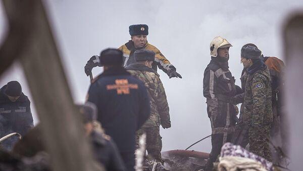 Сотрудники МЧС на месте крушения самолета под Бишкеком - Sputnik Грузия