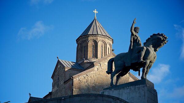 Памятник царю Вахтангу Горгасали и Метехская церковь в Тбилиси - Sputnik Грузия