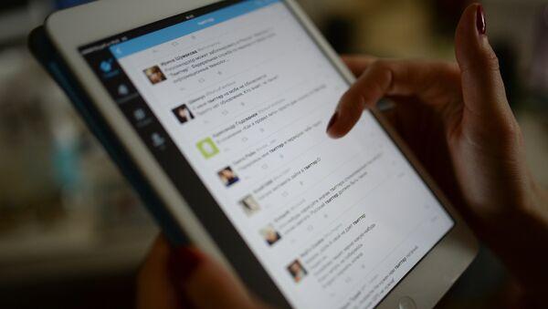 Страница сайта Twitter на экране планшетного компьютера - Sputnik Грузия