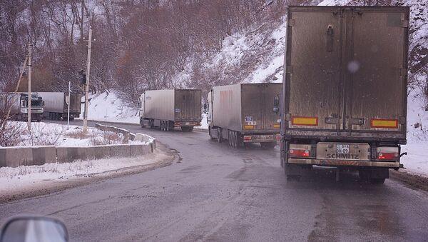 Грузовики едут по заснеженной горной дороге зимой - Sputnik Грузия