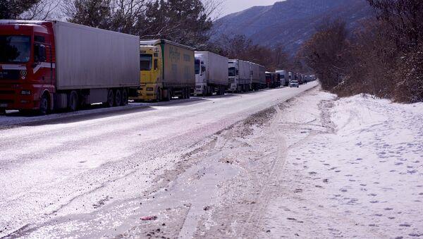სატვირთო მანქანების რიგი საქართველოს სამხედრო გზაზე ზამთარში - Sputnik საქართველო