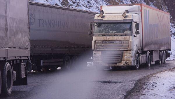 Очередь из грузовых фур зимой в горах - Sputnik Грузия