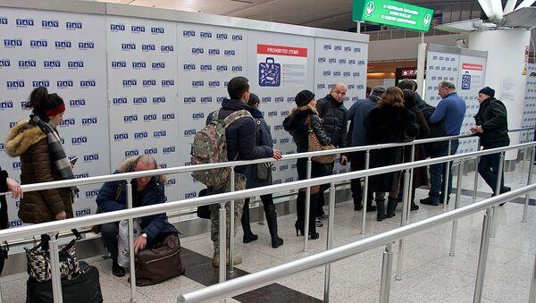 Очередь из пассажиров у выхода на пограничный контроль в Тбилисском международном аэропорту - Sputnik Грузия