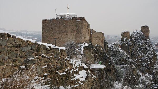 Стены крепости Нарикала, возвышающиеся над Тбилиси, и сейчас сохраняют величественный вид, несмотря на разрушения - Sputnik Грузия