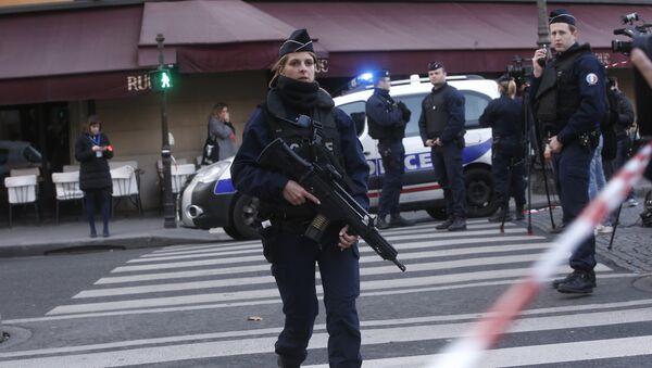Полицейские заняли позиции за пределами Лувра в Париже - Sputnik Грузия