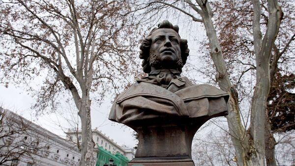 Памятник Александру Сергеевичу Пушкину в одноименном сквере в центре грузинской столицы - Sputnik Грузия