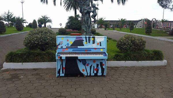 Разрисованное пианино на Батумском бульваре - Sputnik Грузия