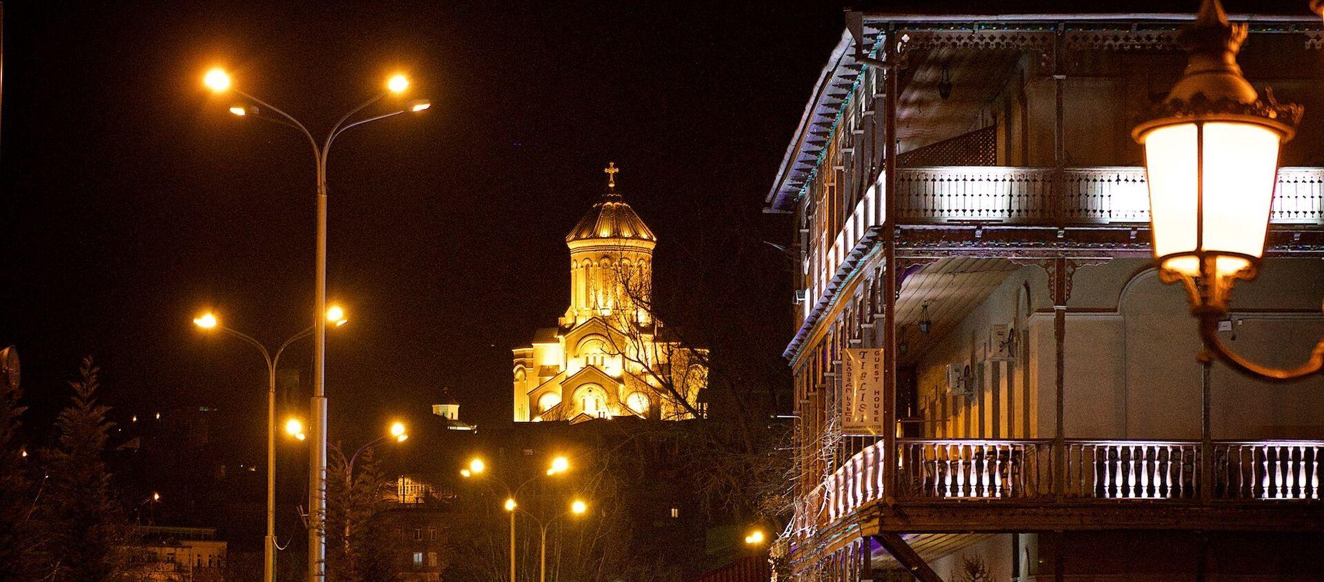 Вид на старый Тбилиси и храм Святой Троицы Самеба ночью - Sputnik Грузия, 1920, 15.02.2021