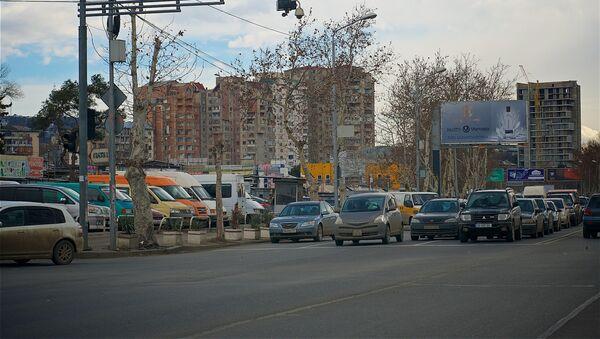 Машины на светофоре у строительного рынка Элиава на набережной Тбилиси - Sputnik Грузия
