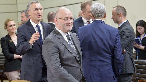 Министр обороны Грузии Леван Изория и Генеральный секретарь НАТО Йенс Столтенберг в Брюсселе - Sputnik Грузия