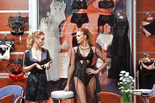 У одного из стендов на Международной выставке нижнего белья и купальников Lingerie Show-Forum - 2017 в Москве - Sputnik Грузия
