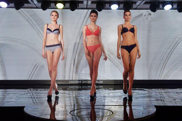 Модели во время дефиле в купальниках на выставке Lingerie Show-Forum - 2017 в Москве - Sputnik Грузия