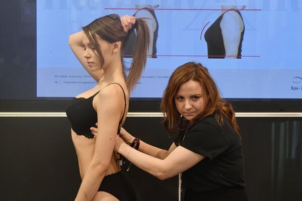 Одну из моделей готовят к показу на Международной выставке нижнего белья и купальников Lingerie Show-Forum - 2017 - Sputnik Грузия