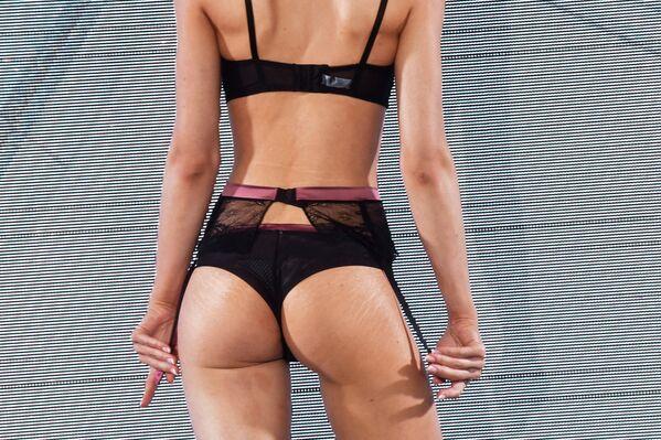 Модель во время дефиле в купальниках на Международной выставке нижнего белья, купальников, домашней одежды и чулочных изделий в Москве - Sputnik Грузия