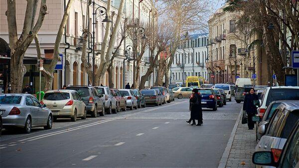 Люди переходят проспект Агмашенебели в историческом центре Тбилиси - Sputnik Грузия