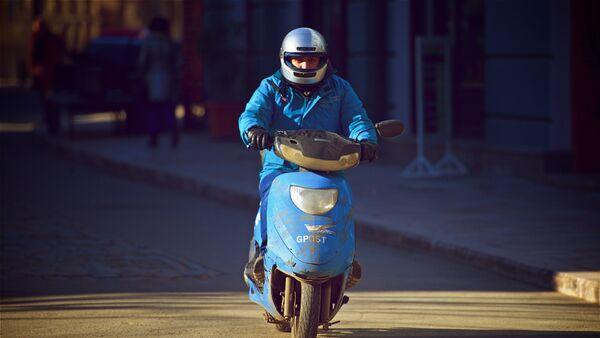 Курьер Почты Грузии на скутере доставляет письма - Sputnik Грузия
