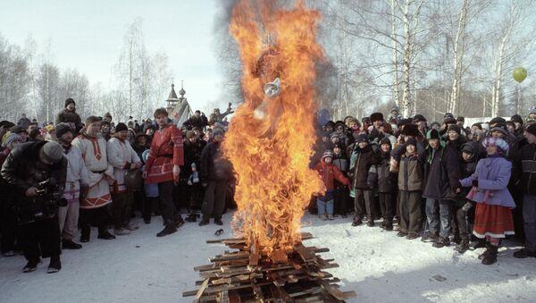 Традиционное сжигание чучела Масленицы - Sputnik Грузия