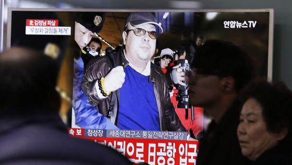 Люди смотрят новости об убийстве Ким Чен Нама, старшего брата северокорейского лидера Ким Чен Ына, на вокзале в Сеуле, Южная Корея - Sputnik Грузия