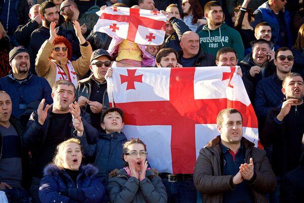 На трибунах во время матчей регби всегда красочно - настроение создают и множество флагов Грузии, которые держат болельщики - Sputnik Грузия