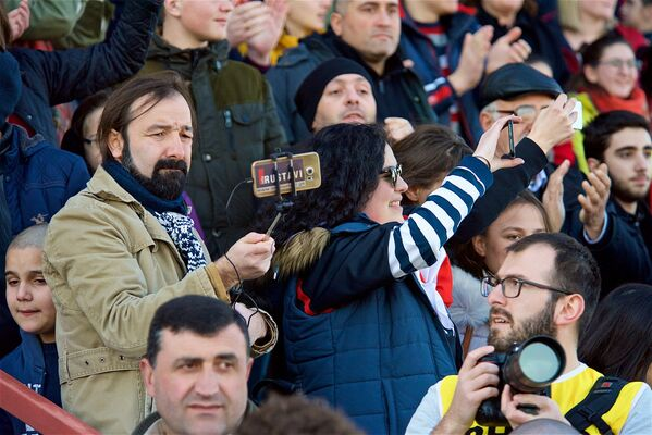 А также людей, снимающих игру на смартфоны и компактные камеры, и создающих тем самым себе еще одно развлечение - Sputnik Грузия