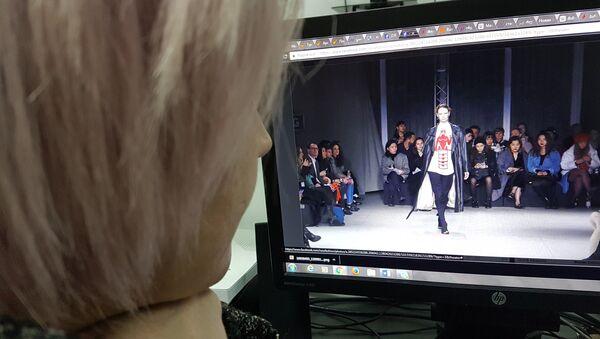 Девушка рассматривает фотографии с показа грузинского бренда Situationist на Неделе мод в Милане - Sputnik Грузия